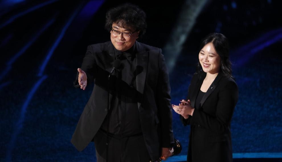 Bong Joon-ho y su traductora, Sharon Choi.